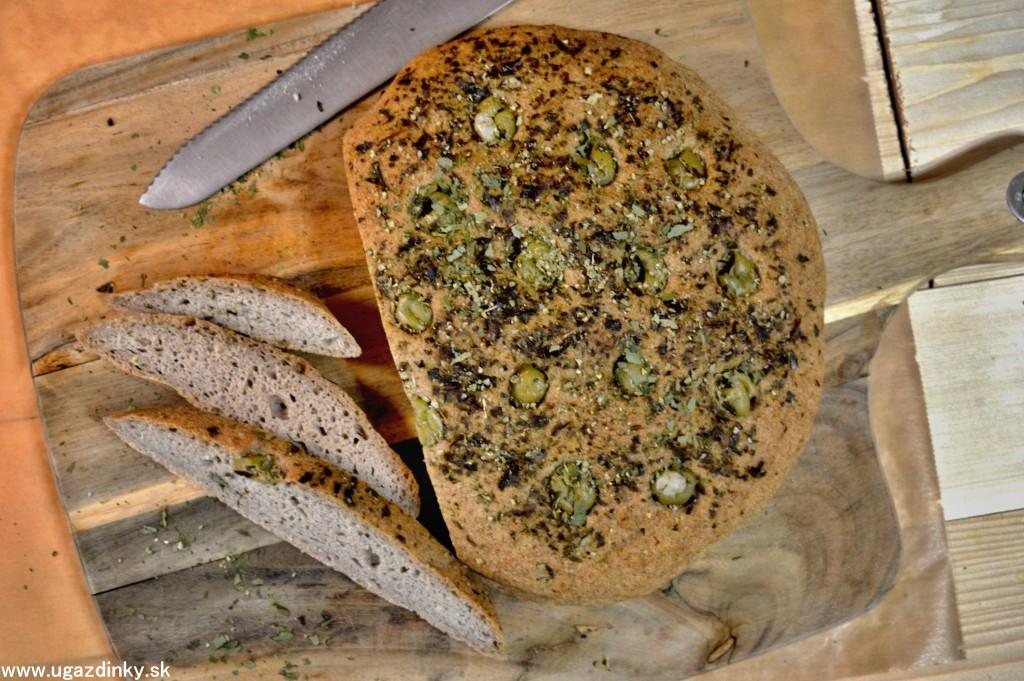 Bezlepkové fokačo s olivami a medvedím cesnakom